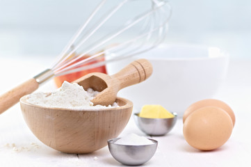 raw ingredientes, ready to merge to make a cake