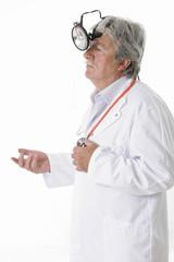 Médecin équipé d'une lampe frontale