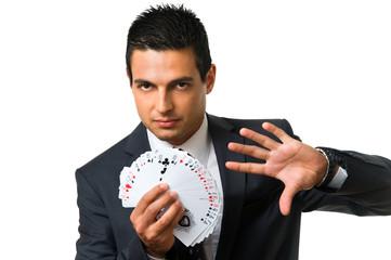 Mann im Anzug mit Pokerkarten