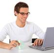 Junger Mann installiert Software