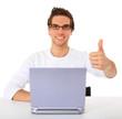 Junger Mann am Laptop zeigt Daumen hoch