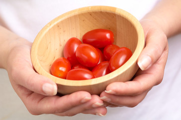 cherry tomatoe betwen the hands