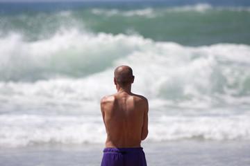 Homme  face à l'océan.