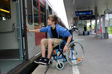 Rollstuhl zug einsteigen