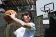 Giocatore di Basket con Canestro sullo Sfondo