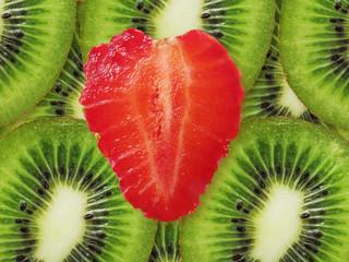 Красное сердце на зеленом фоне (клубника и киви)