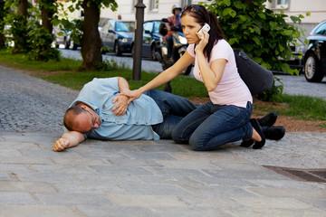 Mann hat Schwindelanfall oder Herzinfarkt