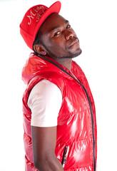 jeune homme africain habillé en rouge