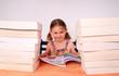 fillette entourée de livres