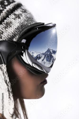 femme regardant la montagne en hiver