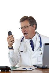 Verärgerter älterer Chefarzt brüllt laut ins Telefon
