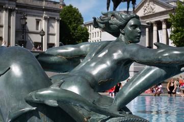 Londra, la sirena della fontana di trafalgar square