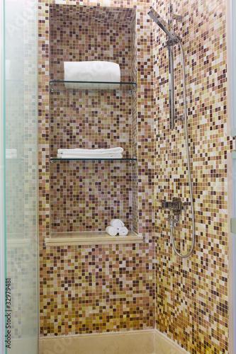 Spazio doccia con parete  a  mosaico