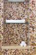 Nicchia con mosaico nello spazio doccia per asciugamano