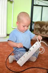 Kliner Junge spielt mit Strom