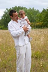 jeune papa et son enfant