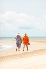 Dos señoras con vestido de paseo por la playa