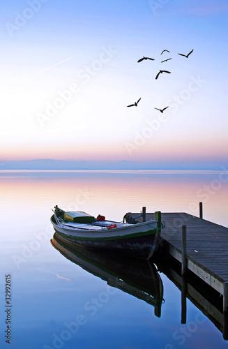Deurstickers Pier en el lago azul