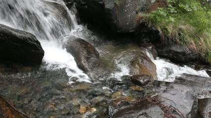 piccola cascata nel bosco