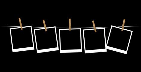 Fotografie appese su fondo nero