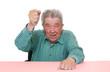 Senior haut vor Wut auf den Tisch