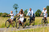 Fototapety Familie fährt Fahrrad im Sommer
