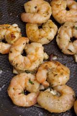 Shrimps mit Olivenöl und Knoblauch in der Pfanne