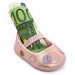 Kinderschuh mit 100 Euroschein