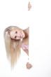 Hübsche blonde Frau lacht hinter Tafel hervor