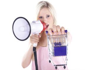 Blonde Frau mit Megafon und Einkaufswagen,  Wagen vorne