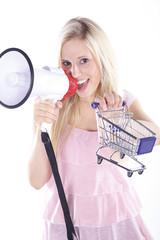 Blonde Frau mit Megafon und Einkaufswagen, Wagen vorne, hoch