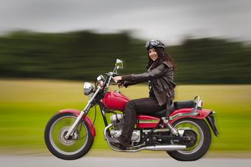 junge Frau am Motorrad fahren