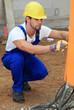Bauarbeiter kontrolliert Stromanschluss