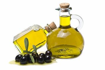 Frasca y aceitera con aceite de oliva y aceitunas negras.
