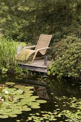 Liegestuhl am Gartenteich