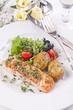 Lachs mit Salat und Kartoffeln