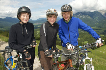 Drei Mountainbike Teens