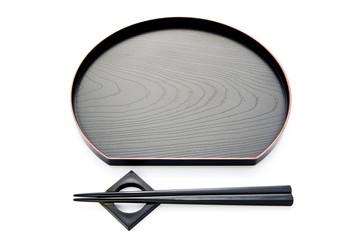 白背景に和食のお盆とお箸のアップ