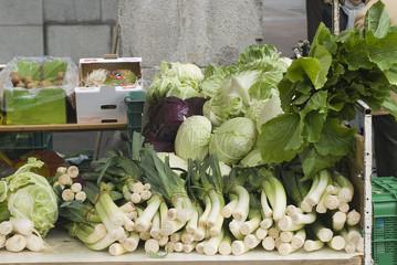 Puesto de verduras en el mercado.