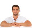 Attraktiver Mann lehnt locker über weiße Wand