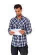 Attraktiver Mann liest einen Brief