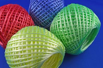 Gomitoli di fili in plastica