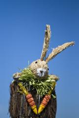 Osterhase zu Ostern mit Möhren und Karotten