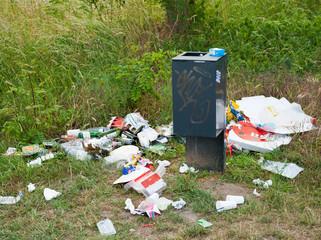 Abfall liegt verteilt in der Landschaft
