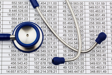 Bilanz Zahlen und Stethoskop