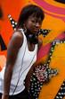 jeune femme noire devant mur de graffs