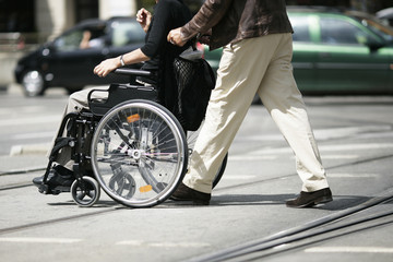 in der Fussgängerzone mit dem Rollstuhl