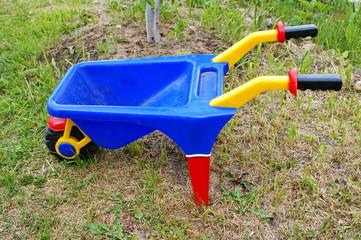 Детская синяя тележка на траве