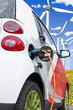 Elektroauto (bekanntes Serienfahrzeug) beim Tanken