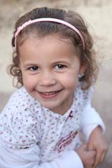 Tendre sourire d'une petite coquette (fille 4 ans)